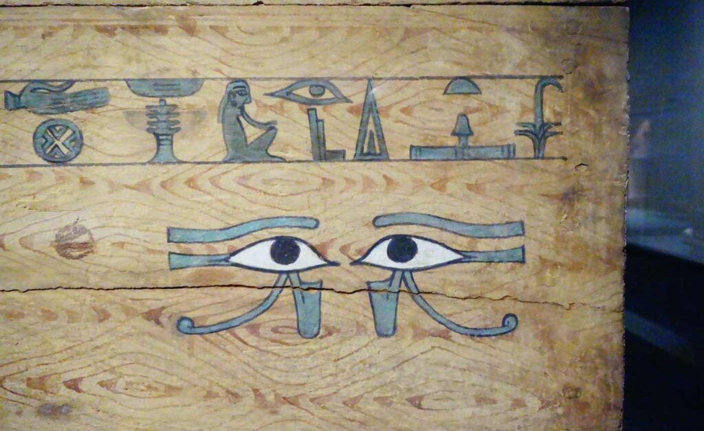 Puinen arkku, jonka kyljessä silmiä esittävä piirros.